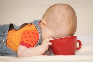 Baby mit Kaffeetasse….Schnuller...und Objektiv!
